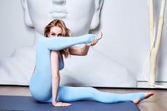 Schöne junge sexy blonde Frau mit einer Sportkonstitution schlankes s Lizenzfreie Stockfotografie