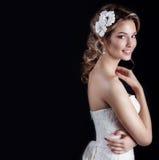 Schöne junge sexy elegante glückliche lächelnde Frau mit den roten Lippen, schöne stilvolle Frisur mit weißen Blumen in ihrem Haa Lizenzfreie Stockfotografie