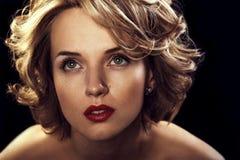 Schöne junge sexy Frau mit dem gelockten blonden Haar Stockbild