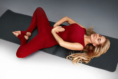 Schöne junge sexy Frau mit perfekter Athlet blondem gesundem dünnem figur Lizenzfreies Stockfoto