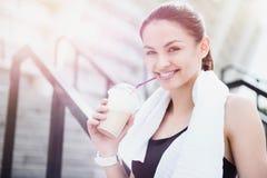 Schöne junge sportliche Frau, die nach Eignung sich entspannt lizenzfreie stockfotografie