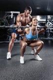 Schöne junge sportliche sexy Paare in der Turnhalle stockbild
