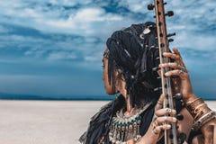 Schöne junge stilvolle Stammes- Frau im orientalischen Kostümspielen stockbilder