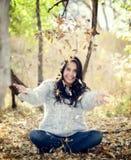 Schöne junge tausendjährige hispanische, indianische, ethnisch gemischte Frauen-werfende Blätter stockfotos