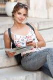 Schöne junge touristische Frau lizenzfreies stockfoto