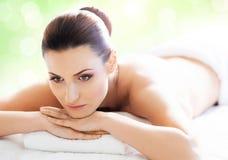 Schöne, junge und gesunde Frau im Badekurortsalon Lizenzfreie Stockfotos