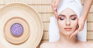 Schöne, junge und gesunde Frau im Badekurortsalon auf Bambusmatte S Lizenzfreies Stockbild