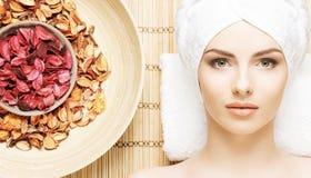 Schöne, junge und gesunde Frau im Badekurortsalon auf Bambusmatte S Lizenzfreies Stockfoto