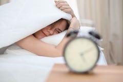 Schöne junge und glückliche schlafende Frau beim im Bett bequem liegen und himmlisch lächeln lizenzfreies stockfoto
