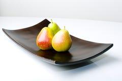 Schöne köstliche Birnen in einem modernen Artvase stockfotos