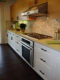 Schöne Küche mit Fußböden Stockbilder