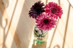 Schöne künstliche Blumen auf hölzernem Hintergrund lizenzfreie stockfotos
