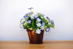Schöne künstliche Blumen im hölzernen Topf lizenzfreie stockfotografie