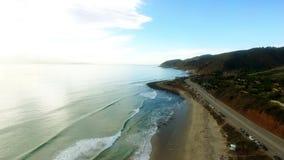 Schöne Küste des Pazifischen Ozeans und eine Landstraße in der Nähe stock video footage