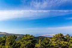 Schöne Küste und adriatisches Meer mit transparentem blauem Wasser nahe Senj, Kroatien Stockbilder