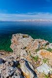 Schöne Küste und adriatisches Meer mit transparentem blauem Wasser nahe Senj, Kroatien Stockfoto