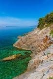 Schöne Küste und adriatisches Meer mit transparentem blauem Wasser nahe Senj, Kroatien Lizenzfreie Stockbilder