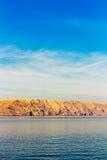 Schöne Küste und adriatisches Meer mit transparentem blauem Wasser nahe Senj, Kroatien Stockbild
