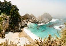Schöne Küstenlinie auf einem nebeligen Morgen lizenzfreie stockbilder