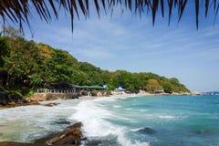 Schöne Küstenlinie mit den Wellen, die Felsen auf dem Strand schlagen lizenzfreie stockbilder