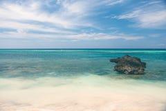 Schöne Küstenlinie, Türkisansicht des Meeres mit Stein Stockfotos