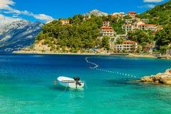 Schöne Küstenlinie und Strand mit Motorboot, Brela, Dalmatien-Region, Kroatien, Europa Stockfotos