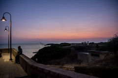 Schöne Küstenstadt am Abend Stockbilder