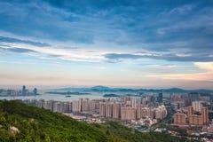 Schöne Küstenstadt von Xiamen an der Dämmerung Stockfotografie