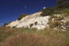 Schöne Kalksteinhügel bedeckt mit Gras in Zypern lizenzfreie stockfotos