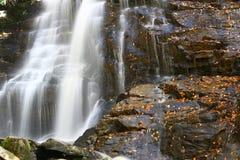 Schöne Kaskadenwasserfälle Lizenzfreies Stockbild
