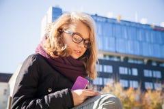 Schöne kaukasische blonde Jugendliche in den Gläsern Lizenzfreie Stockbilder