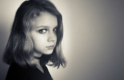 Schöne kaukasische blonde Jugendliche im Schwarzen Stockfoto