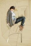 Schöne kaukasische Frau, die auf der Bank, Skizze aufwirft Stockfotos