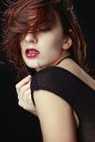 Schöne kaukasische Frau, die für Porträts aufwirft Lizenzfreie Stockbilder
