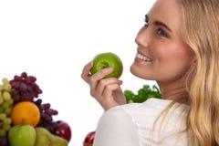 Schöne kaukasische Frau, die grünen Apfel isst Lizenzfreies Stockbild