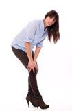 Schöne kaukasische Frau glaubt den Schmerz im Knie Lizenzfreie Stockfotografie