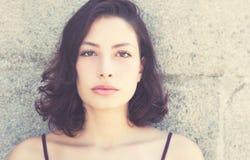 Schöne kaukasische Frau im Retro- Blick der Weinlese Stockfoto