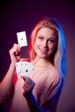 Schöne kaukasische Frau mit Poker kardiert das Spielen im Kasino Lizenzfreie Stockbilder