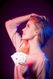 Schöne kaukasische Frau mit Poker kardiert das Spielen im Kasino Stockfotografie