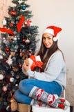 Schöne kaukasische Frau nahe Weihnachtsbaum stockfoto