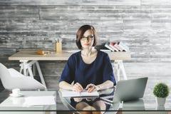 Schöne kaukasische Geschäftsfrau, die an Projekt arbeitet stockfotos