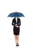Schöne kaukasische Geschäftsfrau, die unter Regenschirm steht. lizenzfreies stockfoto