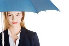 Schöne kaukasische Geschäftsfrau, die unter Regenschirm steht. stockbilder