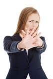 Schöne kaukasische Geschäftsfrau zeigt Ablehnung und schreit. Stockfotos