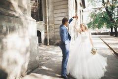 Schöne kaukasische Hochzeitspaare gerade geheiratet und Tanzen ihr erster Tanz stockbild