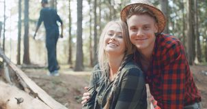 Schöne kaukasische Paare, die in einem Wald während des sonnigen Tages sich entspannen stock video