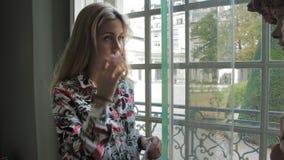 Schöne kaukasische weibliche Blicke auf eine Ausstellung bei Rodin Museum in Paris stock video