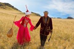 Schöne Kazakhfrau und -mann im nationalen Kostüm Stockbild