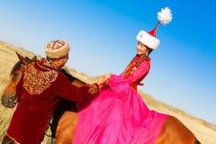 Schöne Kazakhfrau und -mann im nationalen Kostüm Stockfotos