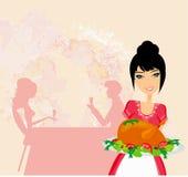 Schöne Kellnerin, die ein Huhn dient Stockbild